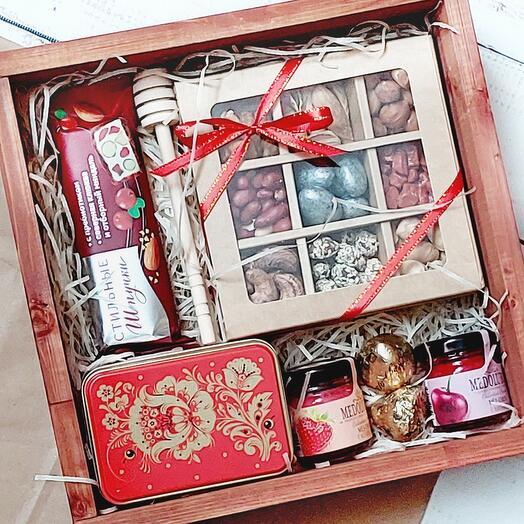 Подарочный набор с чаем, мёдом и сладостями
