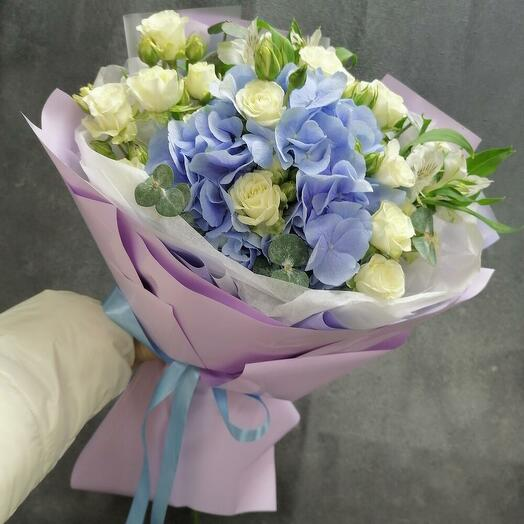 Viola букет из гортензии и кустовой розы