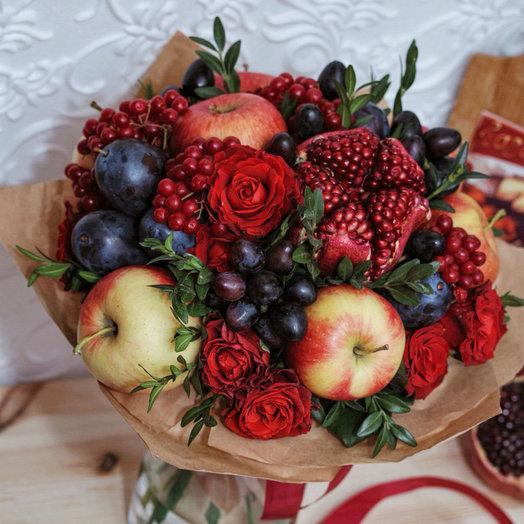 Сочный букет с фруктами и цветами