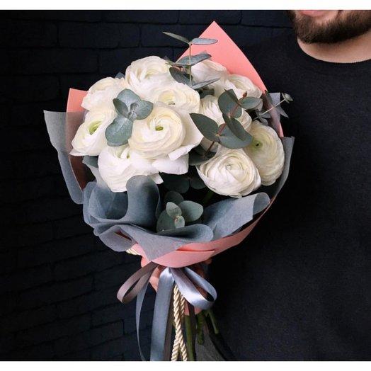Ранункулюсы с эвкалиптом: букеты цветов на заказ Flowwow