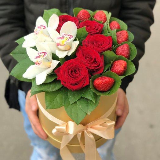 Коробки с цветами. Розы, Орхидеи , Клубника. N136: букеты цветов на заказ Flowwow