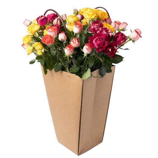 """Кустовые розы в пакете """"Дари добро"""": букеты цветов на заказ Flowwow"""