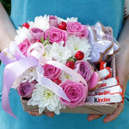 Коробка с пряниками, розами и хризантемой