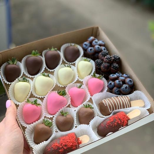 Коробка с ягодами в шоколаде: букеты цветов на заказ Flowwow