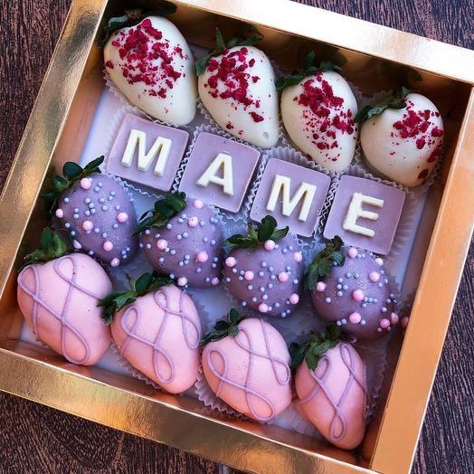 Коробочка с клубникой в шоколаде «Маме»
