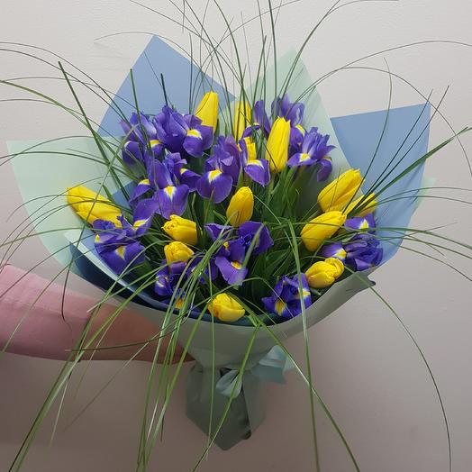 Букет с ирисами и жёлтыми тюльпанами: букеты цветов на заказ Flowwow