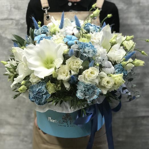 Коробка с  амариллисом и мраморной гвоздикой и лизиантусом: букеты цветов на заказ Flowwow