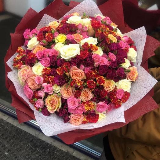 Супер микс из кустовых и обычных Роз в дизайнерской упаковке 101 Шт: букеты цветов на заказ Flowwow