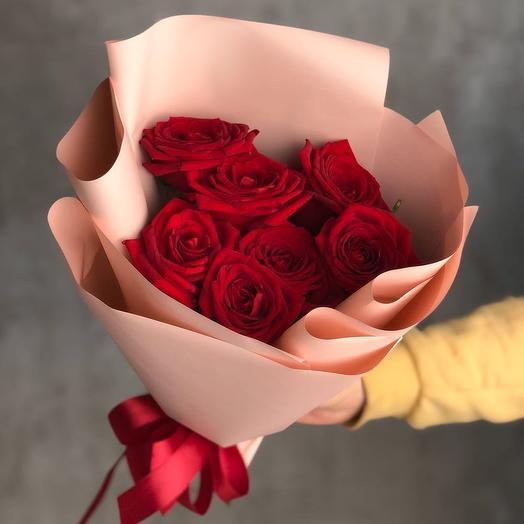 7 красных роз в розовой упаковке