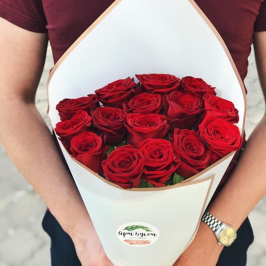 15 красных роз в стильной упаковке