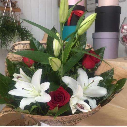 Букет лилии с красными розами