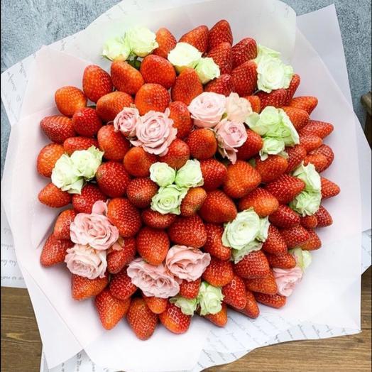 Букет из клубники и кустовых роз