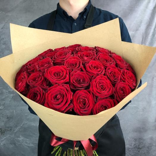 35 красных роз в крафтовой упаковке