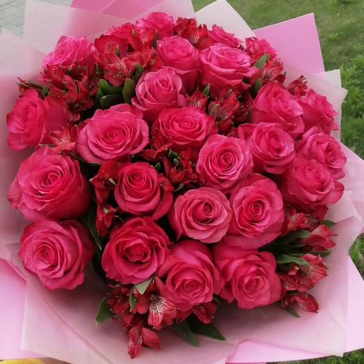 Букет из 25 розовых роз с альстромериями