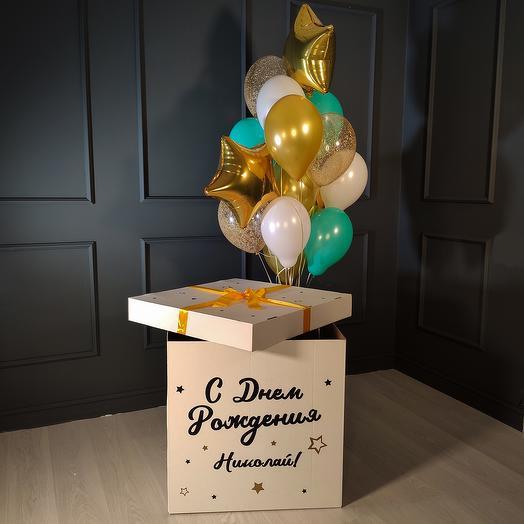 Композиция из бело-мятных и золотых шаров со звездами в белой коробке