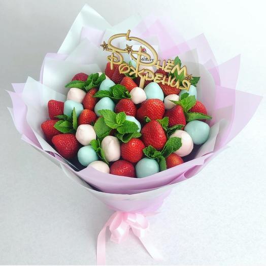 Букет из клубники в розовом и голубом шоколаде