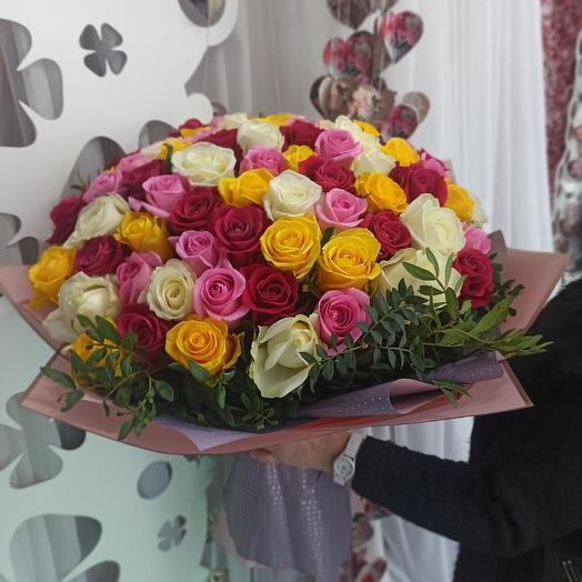 Яркий микс из 71 розы