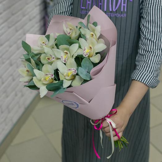 Букет белых орхидей с эвкалиптом