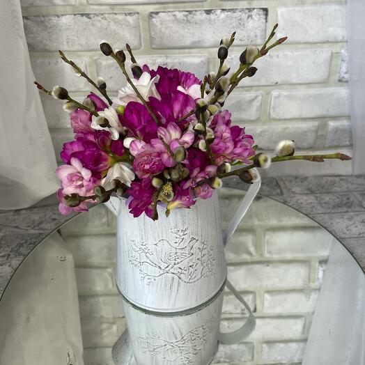 Фрезия с вербой в вазе