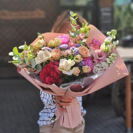 Букет  с пионами кустовой розой и эустомой