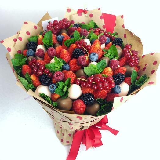 Летний микс ягод с клубникой в шоколаде и ароматной мяты