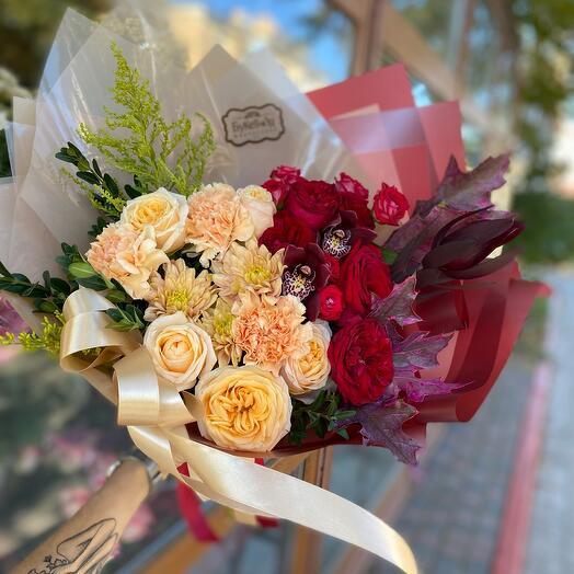 Букет роз, хризантем и диантусов «Борьба осени с летом»