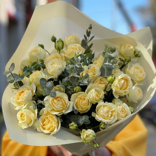 Букет из кремовых пионовидных кустовых роз