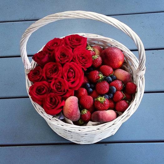 Ягодно-цветочная корзина: букеты цветов на заказ Flowwow