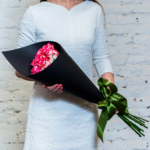 "Bouquet of 9 roses ""Jamilia"" in the black Kraft"