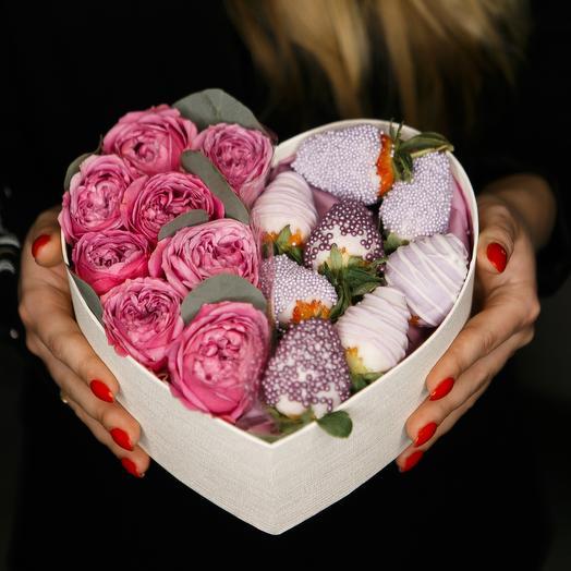 Сердце с цветами и клубникой: букеты цветов на заказ Flowwow