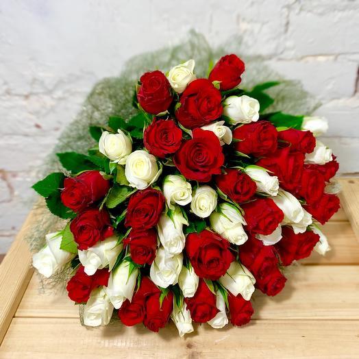 Букет из 51 красно-белой розы в сизали: букеты цветов на заказ Flowwow