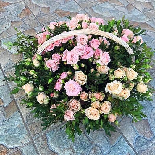 Корзина с кустовыми розами и зеленью