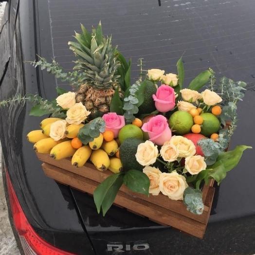 Фрукты и цветы в ящике