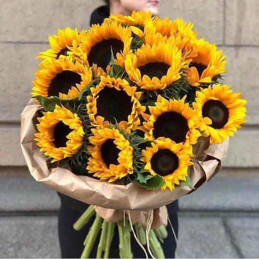 Подсолнухи в дизайнерской упаковке 19 Шт: букеты цветов на заказ Flowwow