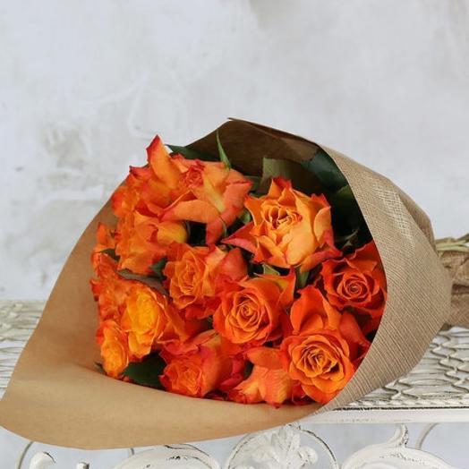 Оранжевые розы в крафте: букеты цветов на заказ Flowwow