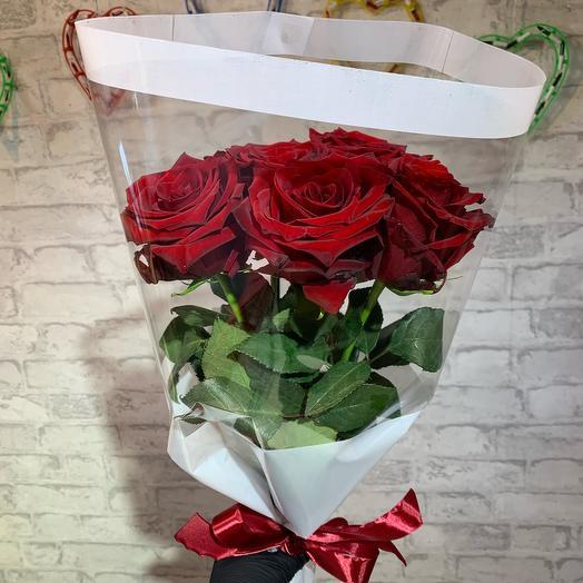 5 красных роз в белом