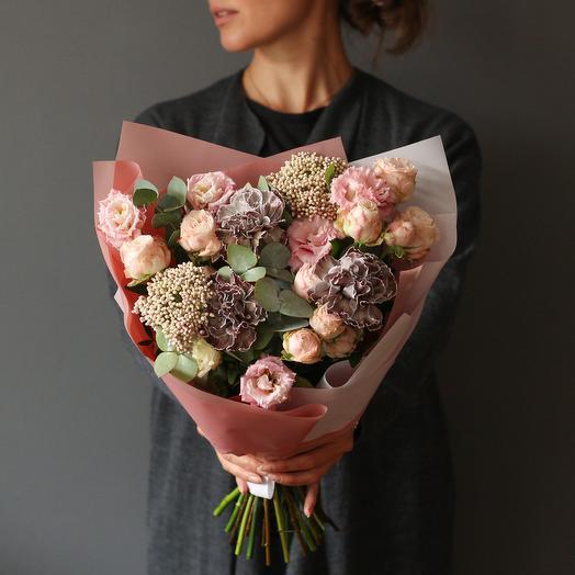 Букет в нежной гамме с пионовидными розами и гвоздиками Блек Молли