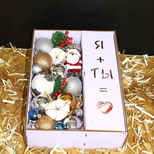 Новогодняя коробка с игрушками и конфетами