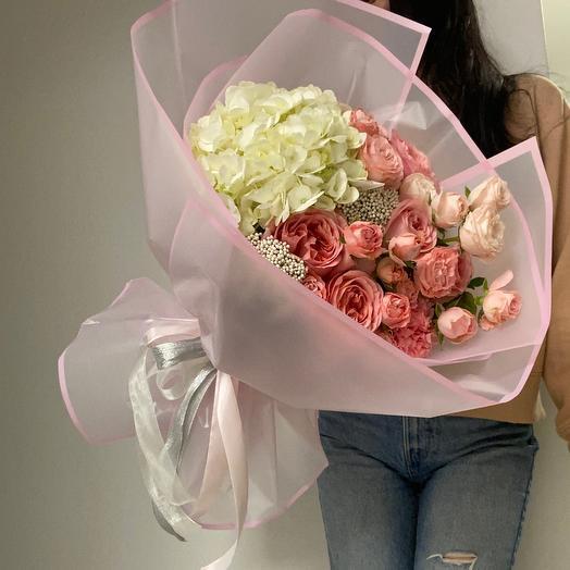Букет с гортензией и пионовидными розами М
