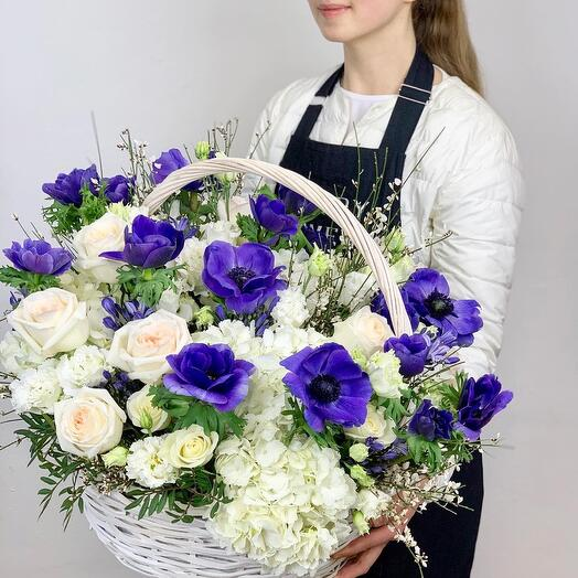 Корзина с цветами Синие Анемоны