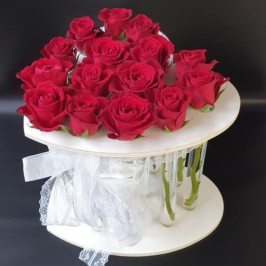 Красные розы в подставке в форме сердца с колбами