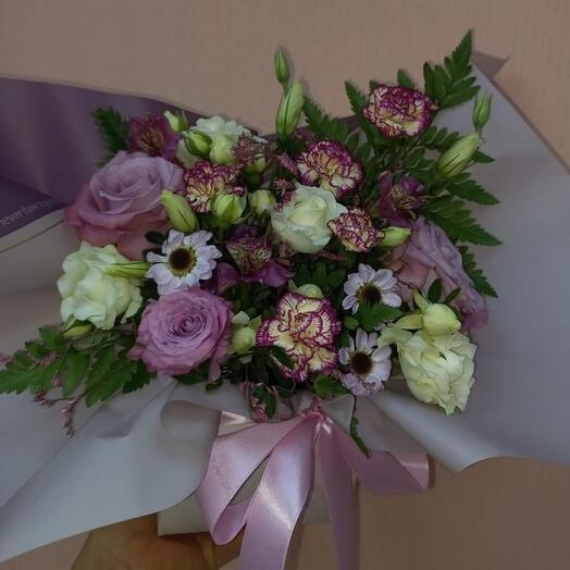 Цветы в коробке с гвоздикой