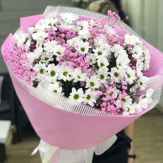 Букет из белых хризантем и розовой гипсофилы