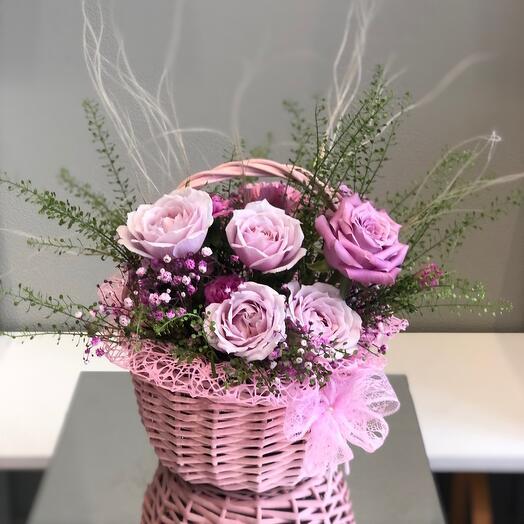 Корзина с цветами с парфюмированной кустовой розой
