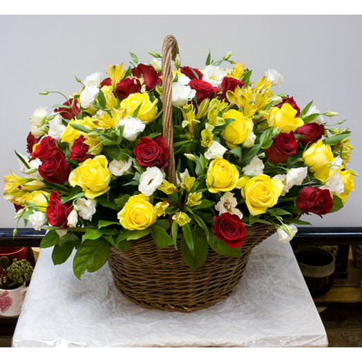 Корзина из роз Золотистая: букеты цветов на заказ Flowwow