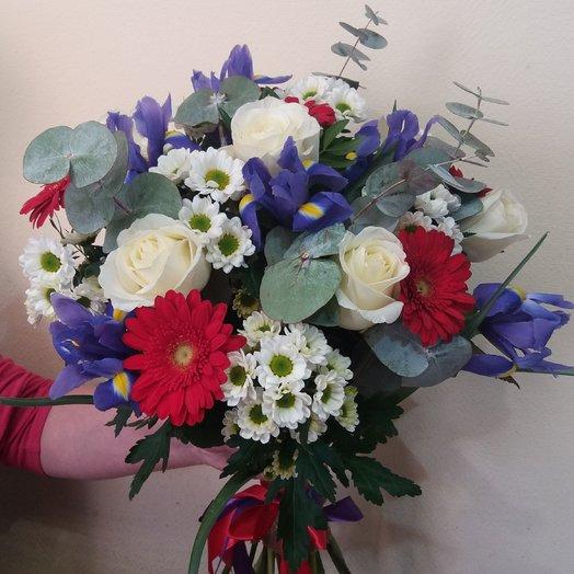Весенний букет из ирисов, сантини, гермини и розы