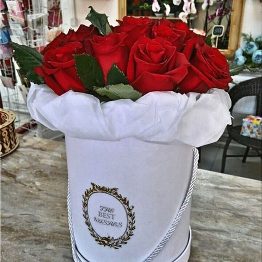 Шляпная коробка из красных роз