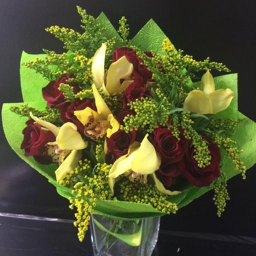 Букет из роз, орхидей и солидаго: букеты цветов на заказ Flowwow