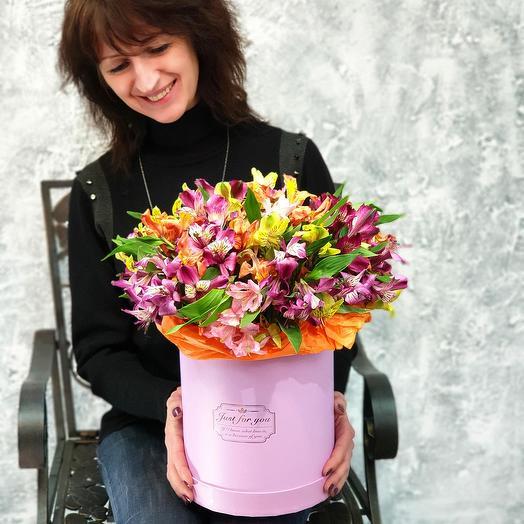 Букет из разноцветных альстромерий в шляпной коробке: букеты цветов на заказ Flowwow