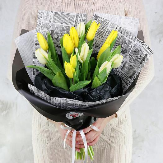 Букет из 15 желтых тюльпанов в оригинальной упаковке: букеты цветов на заказ Flowwow